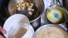 O ` principal s entrega a farinha da peneiração através de uma peneira para cozer video estoque
