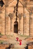 O principiante budista está andando no templo Foto de Stock Royalty Free