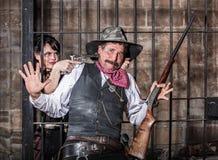 O prisioneiro fêmea rouba a arma Fotografia de Stock