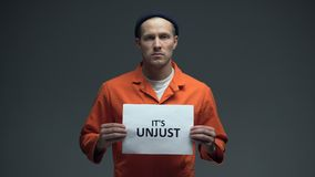 O prisioneiro que guarda o é molde injusto, pedindo a ajuda, direitos humanos, inocência video estoque