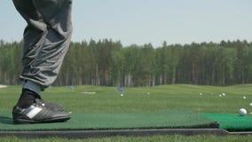 O pro jogador de golfe disparou na bola do depósito da areia no curso Seção do homem que joga o golfe no campo de golfe Os jogado video estoque