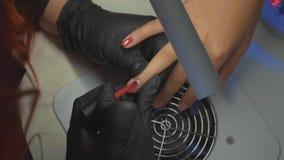 O procedimento de pregos da pintura Procedimento do tratamento de mãos no salão de beleza filme