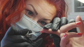 O procedimento de pregos da pintura Procedimento do tratamento de mãos no salão de beleza vídeos de arquivo