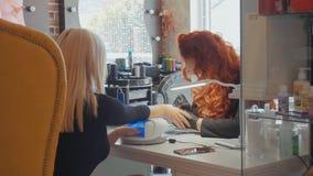 O procedimento de pregos da pintura Procedimento do tratamento de mãos no salão de beleza Foto de Stock Royalty Free