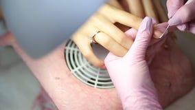 O procedimento de pregos da pintura no salão de beleza dos termas Procedimento do tratamento de mãos no salão de beleza Procedime vídeos de arquivo