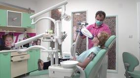 O procedimento para limpar e clarear os dentes vídeos de arquivo