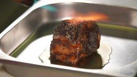 O processamento de um peixe rola com o queimador de cozimento manual, close-up no restaurante video estoque