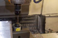 O processo da medida do offset de comprimento de ferramenta na máquina de trituração do CNC imagens de stock royalty free