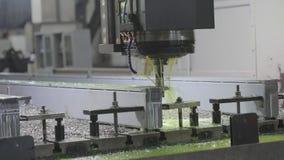O processo da perfuração, partes de trituração com refrigerar líquido vídeos de arquivo