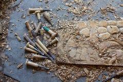 O processo da teca feito à mão cinzelada decinzeladura de madeira do painel da decoração da parede dos elefantes 3D mão de madeir imagens de stock royalty free