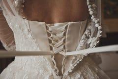 O processo de amarrar a dama de honra do casamento veste 540 imagem de stock royalty free