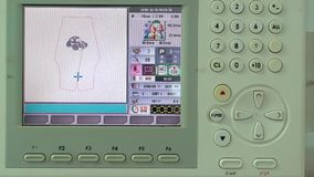 O processo de bordar o elemento e a tela de máquina tem Fotos de Stock Royalty Free