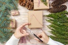 O processo de caixas de embalagem com presentes do Natal apresenta Vista superior Imagens de Stock Royalty Free