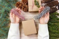 O processo de caixas de embalagem com presentes do Natal apresenta Vista superior Imagens de Stock