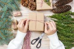 O processo de caixas de embalagem com presentes do Natal apresenta Vista superior Fotografia de Stock Royalty Free