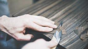 O processo de cortar um couro com uma faca Imagens de Stock Royalty Free