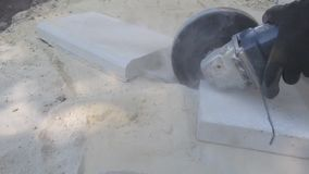 O processo de cortar uma laje de cimento em partes por um moedor angular vídeos de arquivo