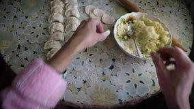 O processo de cozinhar bolinhas de massa com as batatas pelas mãos de uma dona de casa video estoque