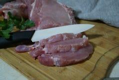 O processo de cozinhar a carne suculenta em casa Fotografia de Stock Royalty Free