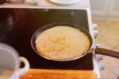 O processo de cozinhar panquecas em uma bandeja quente Fotografia de Stock Royalty Free