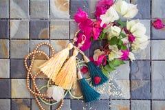 O processo de criar brincos e pendentes Fotografia de Stock Royalty Free