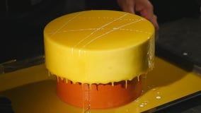 O processo de derramar o esmalte no bolo Fim acima vídeos de arquivo