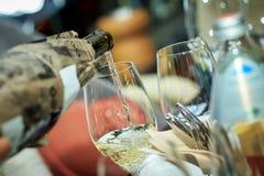 O processo de derramar o vinho branco gosto cego Imagem de Stock
