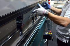 O processo de dobrar a chapa metálica em uma máquina de dobra da folha imagem de stock royalty free