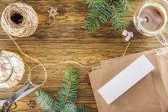 O processo de empacotamento de um smartphone como um presente Modo do ano novo A vista da parte superior, lugar para seu texto Fotografia de Stock Royalty Free