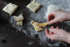 O processo de fatura caseiro dos biscoitos Foto de Stock Royalty Free