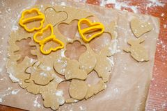 O processo de fazer biscoitos do gengibre sob a forma de um coração, de uma borboleta e de uma flor, pão-de-espécie imagens de stock royalty free