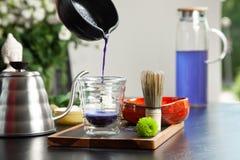 O processo de fazer fósforos azuis o fósforo azul é derramado em um vidro Cocnept saudável do alimento Bebida asiática tradiciona foto de stock royalty free