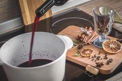 O processo de fazer o vinho ferventado com especiarias Imagem de Stock Royalty Free