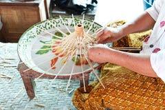 O processo de fazer um guarda-chuva feito da madeira Imagens de Stock Royalty Free