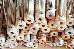 O processo de fazer um guarda-chuva feito da madeira Fotografia de Stock