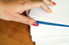 O processo de girar o papel branco do escritório Fotografia de Stock