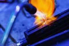 O processo de metais preciosos da fundição em uma oficina da joia fotos de stock