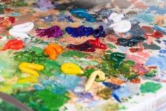 O processo de misturar cores na paleta imagens de stock