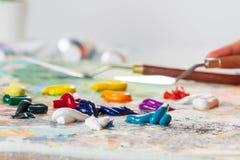 O processo de misturar cores na paleta fotos de stock royalty free