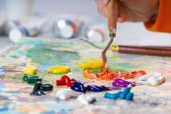 O processo de misturar cores na paleta imagem de stock royalty free