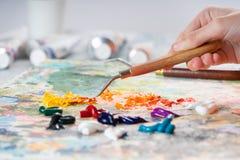 O processo de misturar cores na paleta imagens de stock royalty free
