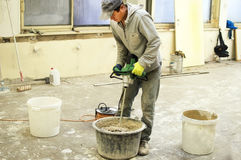 O processo de misturar a mistura da massa de vidraceiro para a construção fotos de stock royalty free