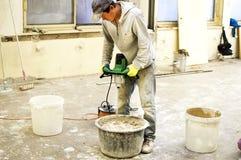 O processo de misturar a mistura da massa de vidraceiro para a construção fotos de stock