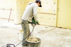 O processo de misturar a mistura da massa de vidraceiro para a construção fotografia de stock royalty free