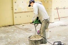 O processo de misturar a mistura da massa de vidraceiro para a construção foto de stock