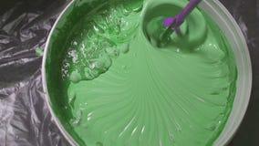 O processo de misturar a pintura branca com um tinge da cor na broca da cubeta com um bocal especial impede a pintura filme
