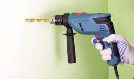 O processo de perfuração usando brocas elétricas fotografia de stock