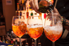 O processo de preparar o cocktail Aperol imagens de stock royalty free