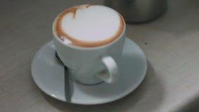 O processo de preparar um café da especialidade com uma espuma agradável video estoque