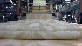 O processo de produ??o tecnologico de papel de parede, produ??o do papel de parede Interior industrial vídeos de arquivo
